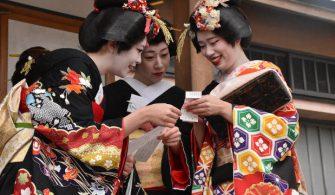 Kuzey Japonya'da geyşa çırakları yeni yılın ilk tapınak ziyaretinde