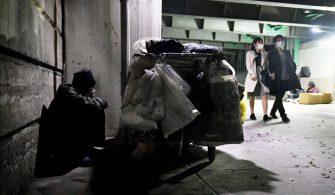 Tokyo'da yaşayan evsizler, yardım kuruluşlarının virüs korkusuyla yiyecek ve maske dağıtımını durdurmasından dolayı ağır bir darbe aldı